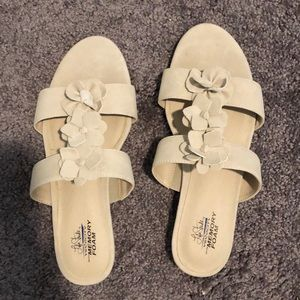 Life Stride 9W Faux Suede Camille Sandal